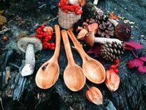 Cuchara de madera tallada en la madera, artesanía en madera, colores del otoño Foto de archivo