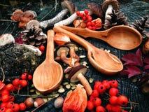 Cuchara de madera tallada en la madera, artesanía en madera, colores del otoño Imagen de archivo libre de regalías