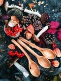 Cuchara de madera tallada en la madera, artesanía en madera, colores del otoño Fotos de archivo