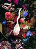 Cuchara de madera tallada en la madera, artesanía en madera, colores del otoño Imagen de archivo