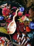 Cuchara de madera tallada en la madera, artesanía en madera, colores del otoño Fotografía de archivo