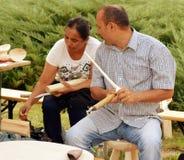 Cuchara de madera tradicional que hace, Rumania Fotografía de archivo