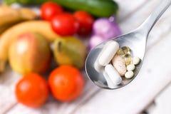 Cuchara de plata con suplementos dietéticos Imagenes de archivo
