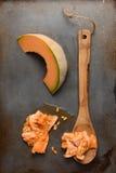 Cuchara del cantalupo y de madera Foto de archivo libre de regalías