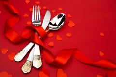 Cuchara del cuchillo de la bifurcación con la cinta en el rojo - imagen foto de archivo libre de regalías