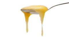 Cuchara del hierro que fluye abajo de la miel Imagen de archivo libre de regalías