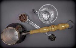 Cuchara dosificadora para el té y el café con los granos de café y las hojas de té secas imagen de archivo libre de regalías