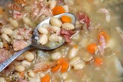 Cuchara en sopa de habas. fotografía de archivo
