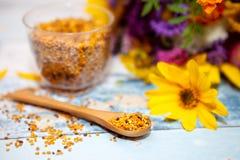 Cuchara enfocada con polen en la tabla Foto de archivo