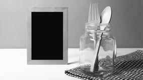Cuchara y bifurcación de madera con el estilo blanco y negro de cristal del color de tono Imágenes de archivo libres de regalías