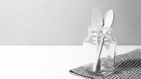 Cuchara y bifurcación de madera con el estilo blanco y negro de cristal del color de tono Foto de archivo libre de regalías
