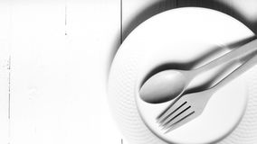 Cuchara y bifurcación de madera con estilo blanco y negro del color de tono del plato Fotografía de archivo libre de regalías