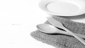 Cuchara y bifurcación de madera con estilo blanco y negro del color de tono del plato Fotos de archivo