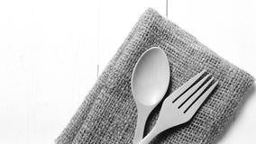 Cuchara y bifurcación de madera en color de tono blanco y negro de la toalla de cocina Imagen de archivo