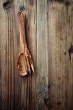 Cuchara y bifurcación de madera en fondo rústico Fotografía de archivo