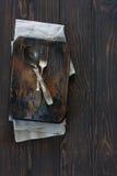 Cuchara y bifurcación del metal del vintage en un fondo oscuro de madera Imágenes de archivo libres de regalías