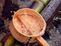 Cucharón y chapoteo de bambú Imagenes de archivo