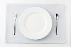 Cuchara y fork blancas de la placa Fotos de archivo