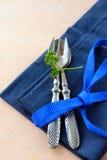 Cuchara y fork en servilleta azul Imágenes de archivo libres de regalías