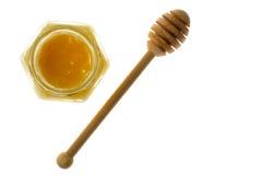 Cuchara y miel en el tarro de cristal en el fondo blanco Fotos de archivo