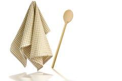 Cuchara y toalla de cocina de madera Fotos de archivo libres de regalías