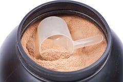 Cucharada de la proteína del aislante del suero del chocolate Imagen de archivo