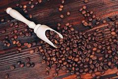 Cucharada de madera con los granos de café Foto de archivo