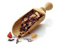 Cucharada de madera con té de la fruta Imágenes de archivo libres de regalías