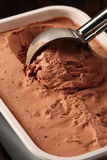 Cucharada del helado de chocolate Fotos de archivo libres de regalías