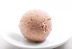 Cucharada del helado de chocolate en la placa blanca Foto de archivo libre de regalías