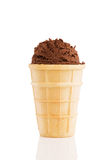 Cucharada del helado de chocolate en un cono de la galleta Imágenes de archivo libres de regalías