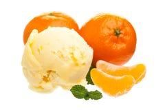 Cucharada del helado de la mandarina delante de los mandarines aislados en el fondo blanco fotos de archivo