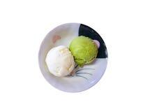 Cucharada del helado del matcha del té verde en el cuenco blanco fotos de archivo libres de regalías