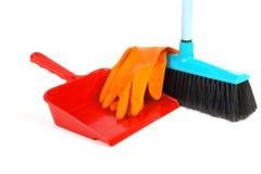 Cucharada para los guantes de goma del polvo y cepillo aislado Foto de archivo libre de regalías
