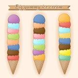 Cucharadas del helado en conos de una galleta Diversos sabores de postres Imagenes de archivo