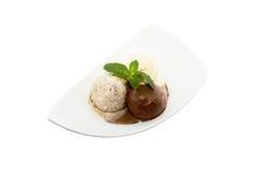 Cucharadas derretidas deliciosas del helado en el primer del cuenco aislado fotografía de archivo