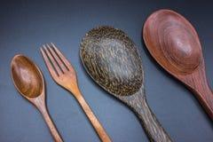 Cucharas, bifurcaciones, cucharones hechas de la madera Fotografía de archivo