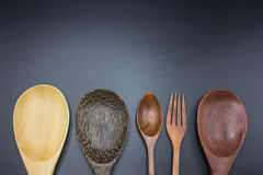 Cucharas, bifurcaciones, cucharones hechas de la madera Foto de archivo