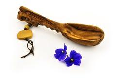Cucharas de cocinar de madera y flores azules Fotografía de archivo