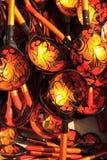 Cucharas de la artesanía de Khokhloma del ruso en la feria Imagenes de archivo