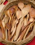 Cucharas de madera marrones hechas a mano Fotos de archivo libres de regalías