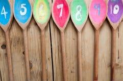 Cucharas de madera numeradas en orden para el fondo del menú del café Foto de archivo libre de regalías