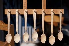 Cucharas de madera tradicionales rumanas Sistema de cucharas de madera handcrafted en un mercado rumano Imagenes de archivo
