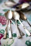 Cucharas de plata de la vendimia en un mantel antiguo Imagen de archivo libre de regalías