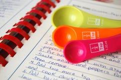 Cucharas dosificadoras coloridas Imagenes de archivo