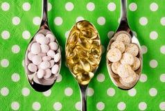 Cucharas por completo de vitaminas Imagen de archivo libre de regalías
