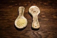 Cucharas rurales de la arcilla estilizada, vieja Cucharas de cerámica con la comida de la avena Fotografía de archivo libre de regalías
