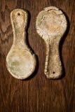 Cucharas rurales de la arcilla estilizada, vieja Cucharas de cerámica en un tabl de madera Foto de archivo libre de regalías