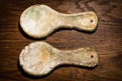 Cucharas rurales de la arcilla estilizada, vieja Cucharas de cerámica en un tabl de madera Imágenes de archivo libres de regalías