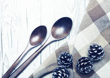 Cucharas y conos de madera del pino en una vieja superficie de madera blanca Imagen de archivo libre de regalías